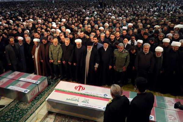 رهبر انقلاب بر پیکر شهیدسلیمانی اقامه نماز کردند