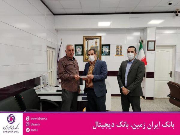 اهدا جایزه ۵۰ میلیون ریالی به برنده جشنواره کرامت بانک ایران زمین