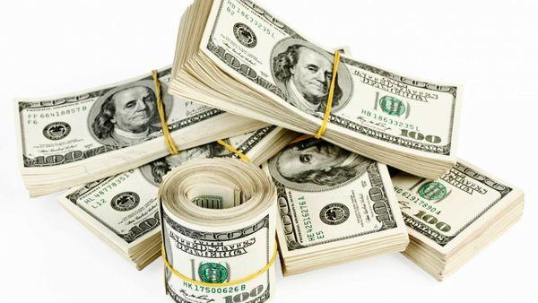 دلار در بازار گران شد، در بانک ارزان