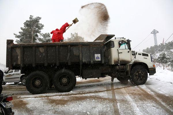 تلاش نیروهای برف روب منطقه چهار برای پاکسازی معابر