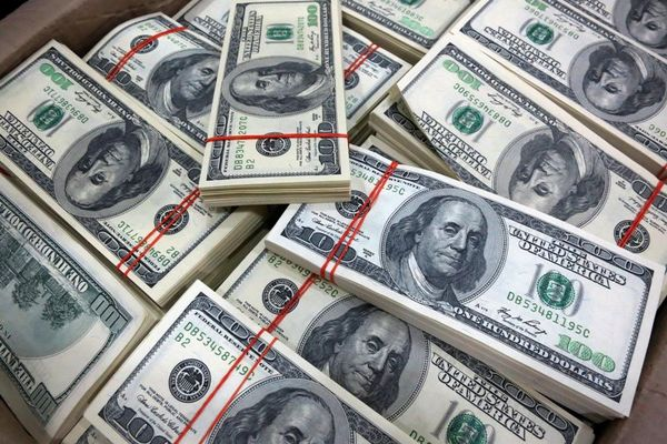 محدودیتهای فروش ارز ادامه دارد/ هر نفر هزار دلار