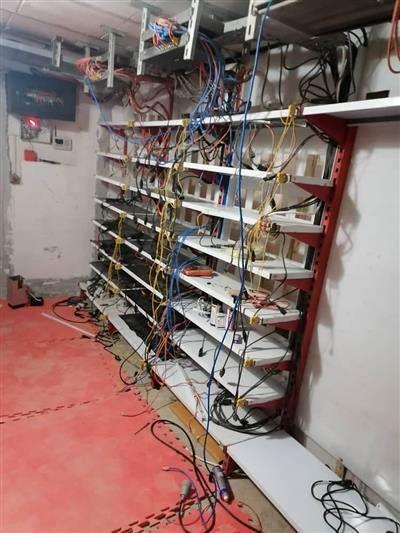 کشف و جمع آوری ۱۹ دستگاه تولید رمز ارز دیجیتال غیرمجاز از یک واحد مسکونی در قم