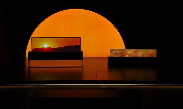 نمایش تلویزیون رول شونده OLED الجی در نمایشگاه Milan Design Week