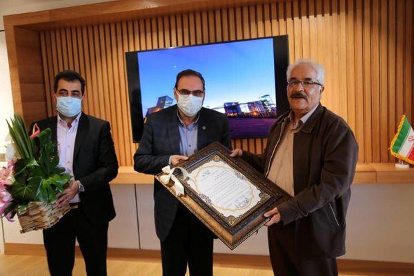 اهدای لوح تقدیر شبکه بهداشت و درمان شهرستان اردکان به مدیر عامل چادرملو.