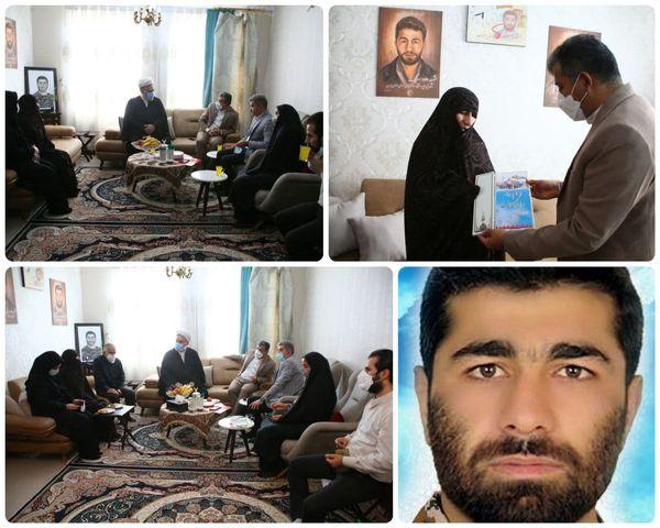 دیدار شهردار منطقه ۱۵ با مادر شهید سرلک