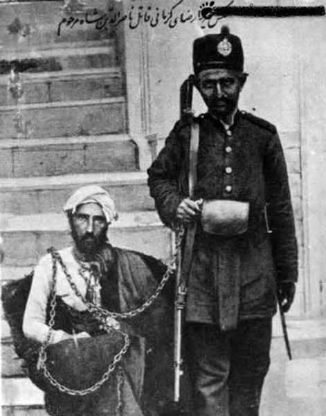 عکسی کمیاب از پدر رضاشاه در کنار میرزا رضای کرمانی