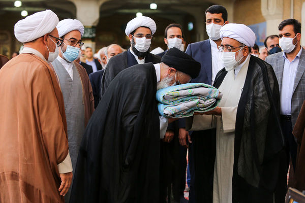 اهدای پوش مرقد حضرت معصومه(س) توسط تولیت آستان قدس رضوی